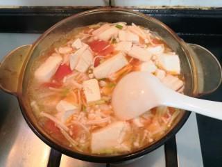 番茄金针菇汤,翻拌均匀,煮至沸腾后,关火