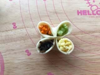四喜蒸饺,中间的空隙放上鸡蛋碎、木耳碎、芹菜碎和胡萝卜碎。