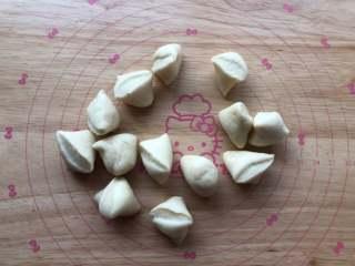 四喜蒸饺,切成均匀的面剂子。
