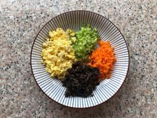 四喜蒸饺,鸡蛋炒一下,切碎,木耳提前泡发切碎,芹菜和胡萝卜也切碎。