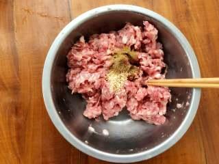 四喜蒸饺,倒入鸡精和十三香,继续搅拌至十三香和鸡精同肉馅完全融合。