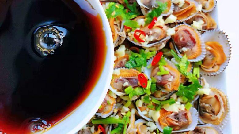 冬至美食+蒜蓉麻辣毛蚶,美味的料汁均匀的淋在毛蚶上面