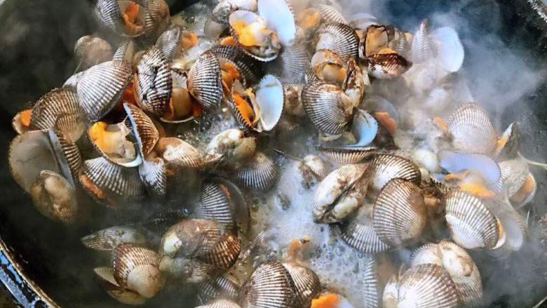 冬至美食+蒜蓉麻辣毛蚶,毛蚶全部张开口流出原汁原味的汤汁即可关火