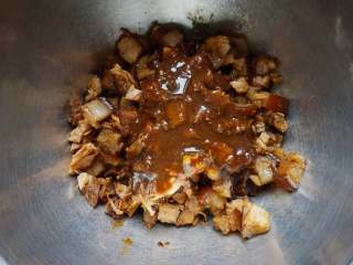 香菇卤肉丁包,再舀一些卤肉汁进去。