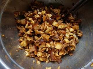 香菇卤肉丁包,把香菇丁和卤肉搅拌均匀,如果你的卤肉足够味儿的话其余什么调料都不要放了,如果卤肉比较淡这里可以挑一点盐。
