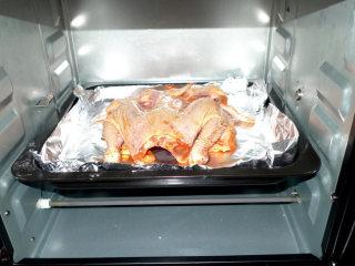 美味的新奥尔良烤鸡,做法简单方便,烤箱250度,预热10分钟,然后,将涂抹腌好的鸡放入,250度,40分钟,中间,翻面一次,抹油和蜂蜜