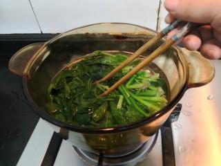 芙蓉鲜蔬汤,用筷子翻拌菠菜,使菠菜受热均匀,焯水1分钟