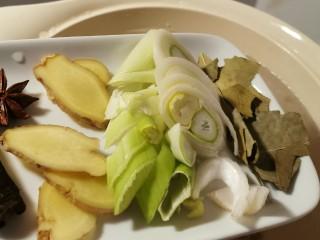 海带骨头汤,猪骨放入煲汤锅后 注入清水  放入准备好的香辛料