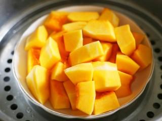 南瓜燕麦饼,南瓜洗去皮切小块上锅蒸熟。