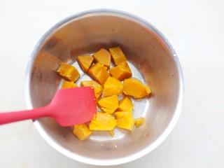 南瓜燕麦饼,趁热碾成泥。