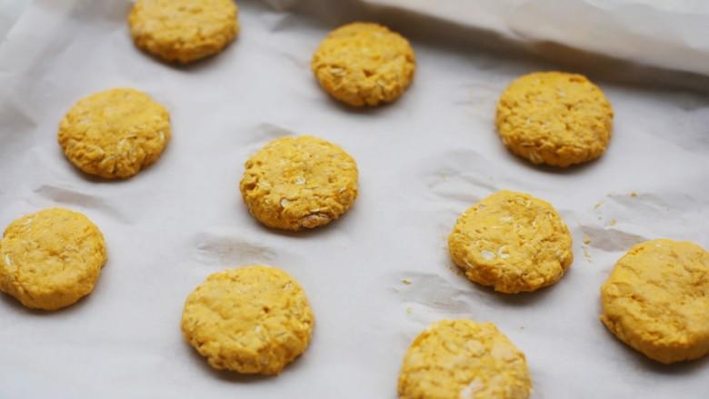 南瓜燕麦饼,用刮刀将南瓜球轻轻按扁。