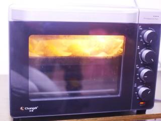 南瓜燕麦饼,推入预热好的烤箱,上下火中层180℃,烤20分钟就好了。