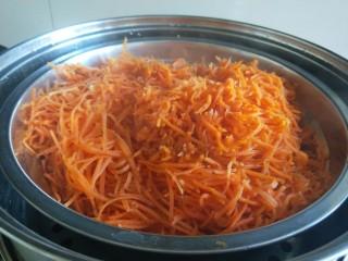 灌汤小笼包,胡萝卜擦丝蒸熟。