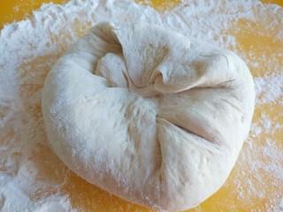 灌汤小笼包,面团揉均匀搓长。