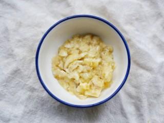 香蕉酸奶燕麦杯,捣成泥。
