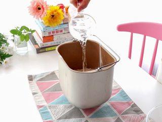 白菜猪肉馅饺子,普通面粉和清水放入面包桶中  tips:普通面粉就是咱们平时家里用来做馒头、面条、包子的粉