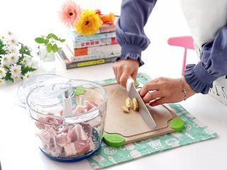 白菜猪肉馅饺子,猪肉切块放入绞肉机中,加几片姜片