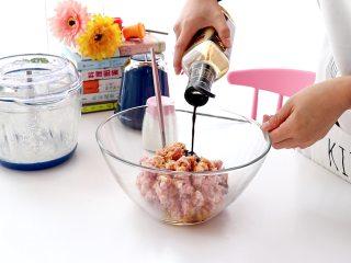 白菜猪肉馅饺子,倒入菜籽油、酱油、生抽、花椒粉和少量的盐  tips:菜籽油比较香,另外这里的盐要少量一些,之后蔬菜要加盐处理,以免馅料太咸