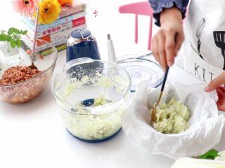 白菜猪肉馅饺子,打好的菜碎放入笼布中