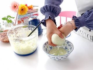 白菜猪肉馅饺子,挤出多余的菜汁  tips:菜汁太多的话,馅料里的水太多是没法包饺子的,所以要挤出一些,可以留作备用,之后调整馅料