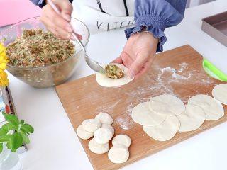 白菜猪肉馅饺子,放入一小勺馅料