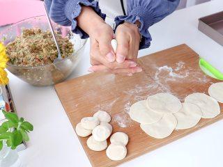 白菜猪肉馅饺子,将饺子放入虎口捏紧即可