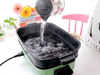 白菜猪肉馅饺子,锅中烧开水,放入包好的饺子,大火煮至饺子飘起来,边煮边需要偶尔搅拌,以防饺子粘连一起