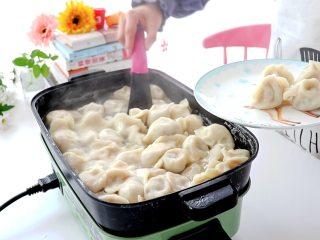 白菜猪肉馅饺子,煮熟的饺子捞出  tips:具体时间也没有说多久,一般我都会尝馅料是否熟,肉多的话就多煮一会儿这样子