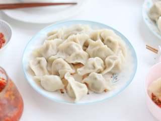 白菜猪肉馅饺子,今日份包饺子的全过程,一次可以多做一些,放在冰箱冷冻保存,吃时拿来煮就好了,不比外面买的速冻饺子差呢!