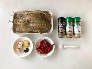 香辣皮皮虾,准备好食材,新鲜的皮皮虾一个个用刷子刷干净,然后用厨房纸吸干水份,避免油炸的时候爆油。