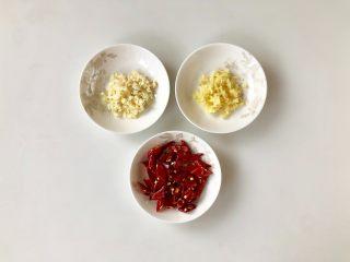 香辣皮皮虾,大蒜和生姜分别去皮,切成末,干辣椒却成小段备用。