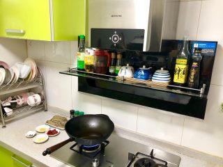 香辣皮皮虾,锅里放油,烧至七成热。