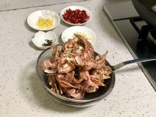 香辣皮皮虾,炸好的皮皮虾捞出来沥干油。