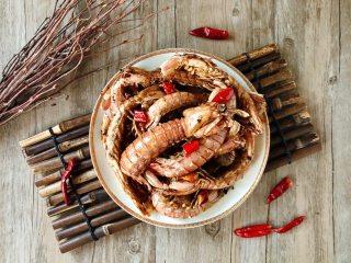 香辣皮皮虾,装盘,诱人的麻辣香味,让我忍不住要吃上一只啦!