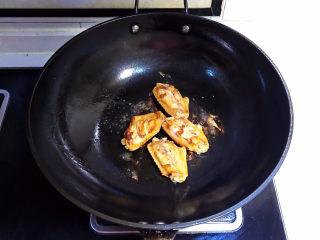 可乐鸡趐,煎制一面金黄就翻面
