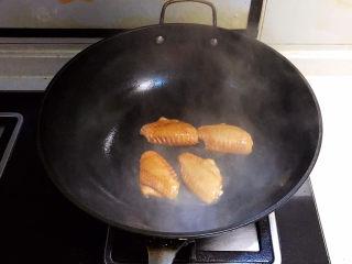 可乐鸡趐,油温6分热的时候加入鸡翅