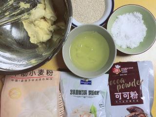 芝麻薄脆饼干,准备好食材。黄油、可可粉、奶粉、中筋面粉、白糖、白芝麻、蛋白。