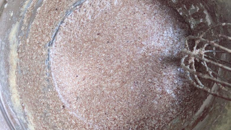 芝麻薄脆饼干,用手动打蛋器将可可粉搅拌均匀。