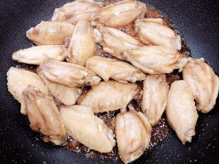 可乐鸡趐,鸡翅上色即可,如果颜色过淡可以放一些酱油。