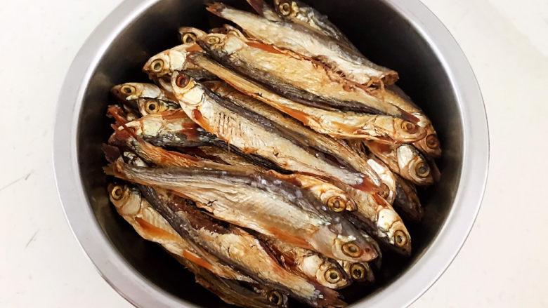 干炸小黄鱼,把小黄鱼干用温水浸泡20分钟,清洗干净,沥干水份