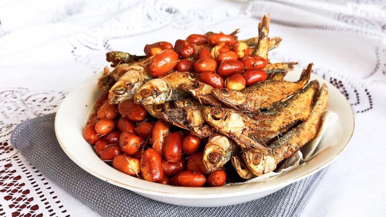 干炸小黄鱼,干炸小黄鱼鲜香酥脆,配上油炸花生米那个香啊,食材搭配非常完美。这是一道可以当做小零食的菜品,追剧必备,喝酒不醉~