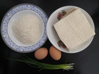 鱼香脆皮豆腐,先把面包糠,豆腐,鸡蛋,小葱,准备好