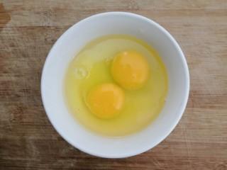 鱼香脆皮豆腐,把鸡蛋,磕入碗中