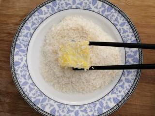 鱼香脆皮豆腐,把粘满鸡蛋液的豆腐,滚上一层面包糠,备用