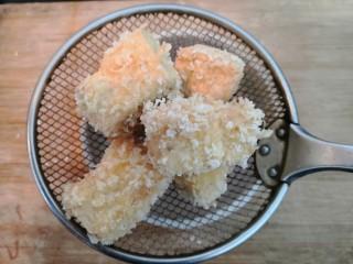 鱼香脆皮豆腐,捞出的豆腐块,沥干多余的油份,备用