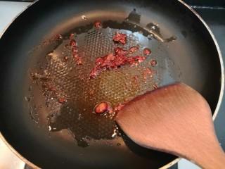 鱼香脆皮豆腐,加入豆瓣酱,翻炒爆香