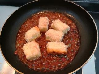 鱼香脆皮豆腐,把炸好的豆腐块,倒入锅中