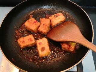 鱼香脆皮豆腐,用铲子,快速翻拌均匀,使豆腐裹上酱汁,关火,盛出