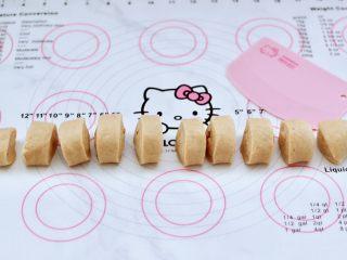 全麦果仁红糖华夫饼,把醒发好的面团,排气揉匀后,搓成长条,用刀切成大小一致的剂子。