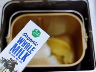 全麦果仁红糖华夫饼,把称重的全麦面粉和中筋面粉,白砂糖和花生油,酵母和盐放入面包桶里,倒入乐荷有机牛奶,启动和面模式开始和面。